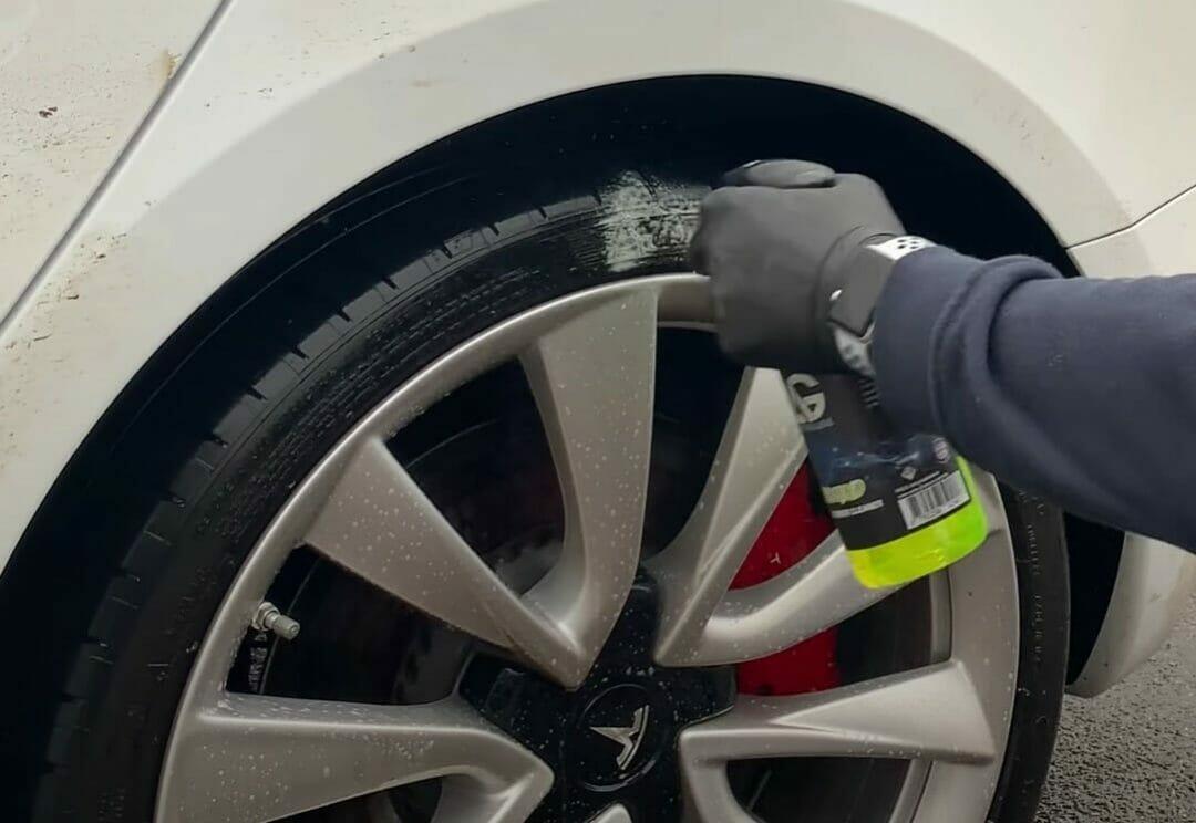 Auto Glanz Rebound sprøjtes på dækkene